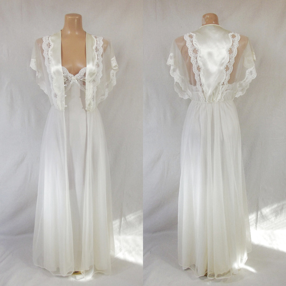 3012b059bb VINTAGE 70s Chiffon Peignoir Nightgown   Robe Set.  M 5bed96a2aa571939d3350caa